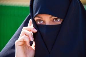 138148_Symbolfoto_Islam._Muslimische_verschleierte_Frau_mit_Burka-650x435