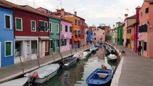 Bunte Häuser und Boote in Venedig